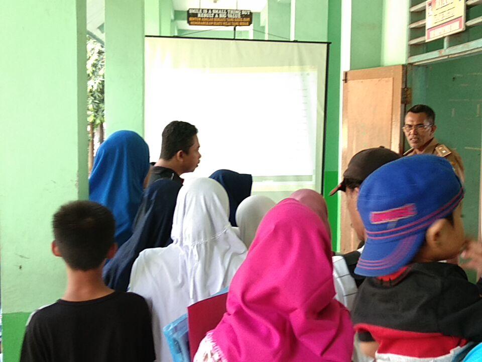 Puluhan orangtua antri, Orangtua daftar PPDB, SMPN 11 Bekasi