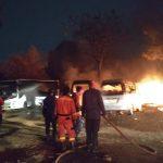 Kios buah dan minibus terbakar, insiden kebakaran kios dan minibus di kranji, petugas memadamkan api