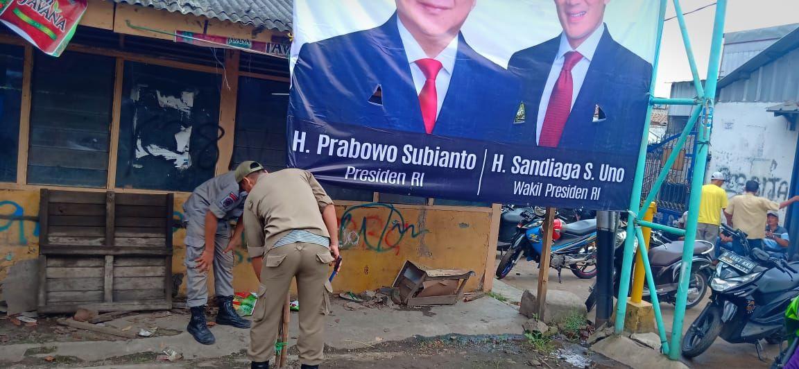 Petugas Satpol PP Medan Satria Tertibkan Baliho Prabowo-Sandi