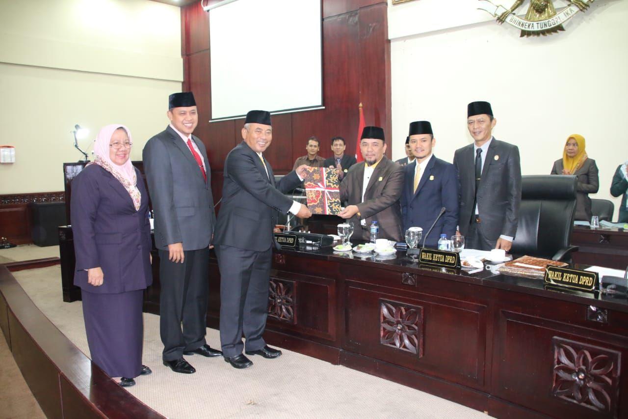 Wakil Ketua DPRD Serahkan Keputusan LKPJ Wali Kota Bekasi 2018